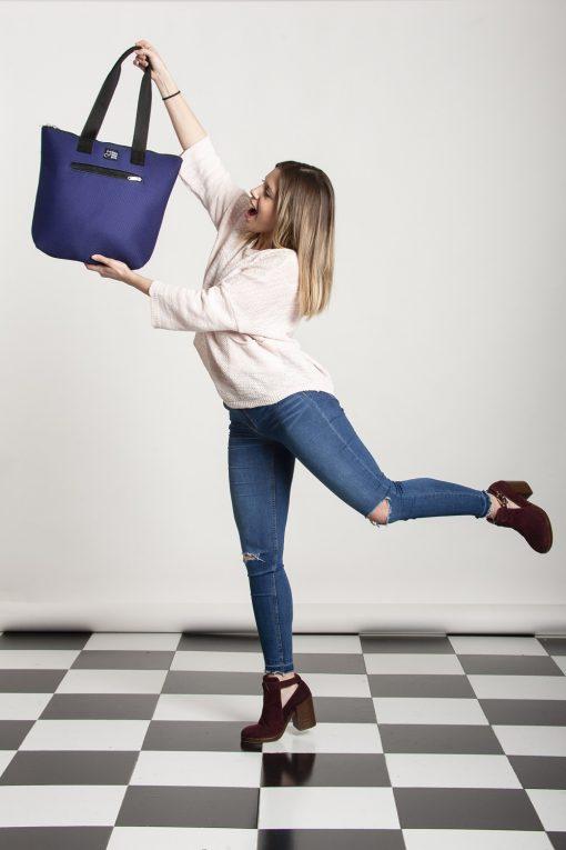 Modelo con Bolso Barco Sport Violet