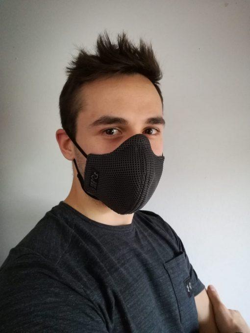 chico con mascarilla negra