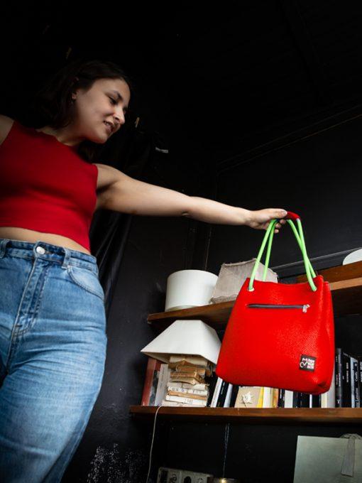 Modelo con bolso Kraft en tejido 3D rojo