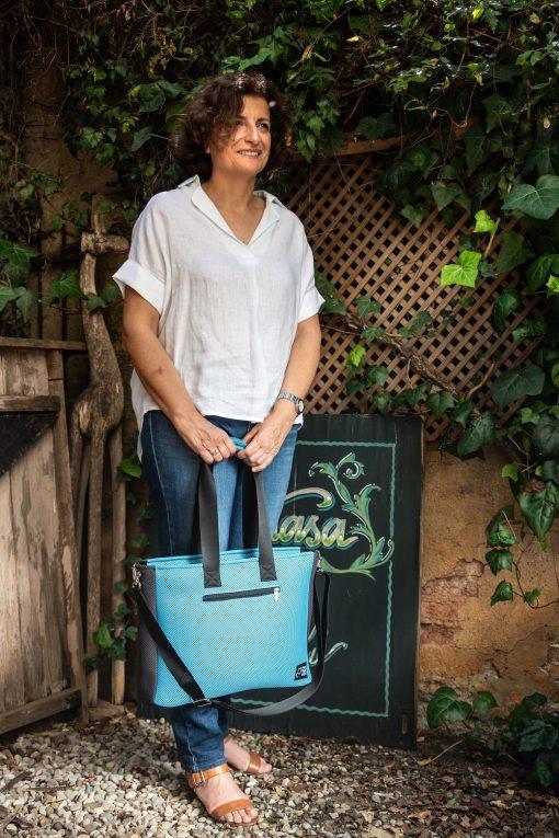 Bolso BOX L azul celeste y gris carbón con modelo